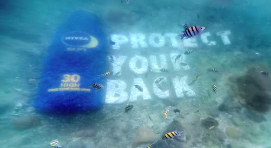 Nivea instala una valla publicitaria bajo el mar
